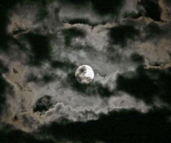 Lune sertie de nuages